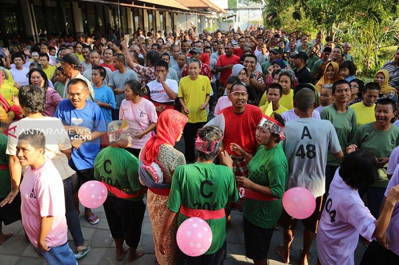 Penghuni Liponsos Keputih Surabaya dapat terapi seni musik