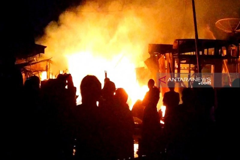 Kebakaran hanguskan lima rumah di pemukiman padat penduduk Sampit