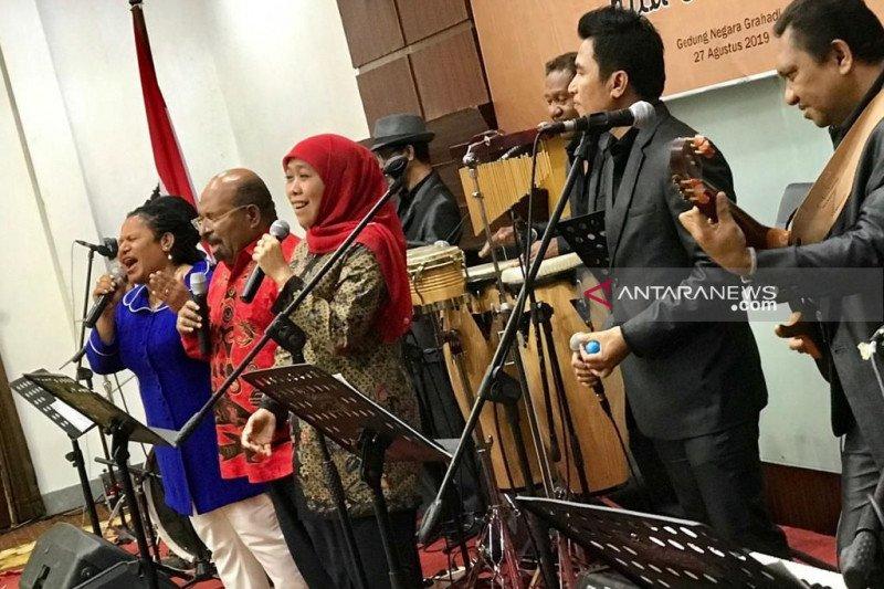 Wujud damai, Khofifah dan Lukas Enembe berduet nyanyikan lagu Papua