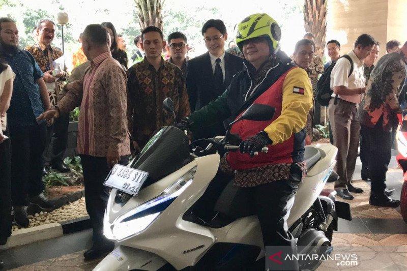 Menteri Perindustrian jajal motor listrik dengan sistem ganti baterai