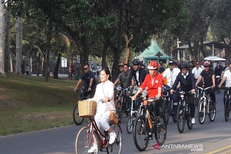 Presiden Jokowi bersama Ibu Iriana bersepeda di Borobudur