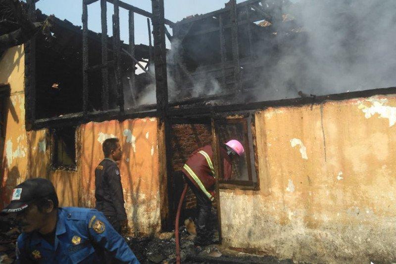 Dua rumah terbakar diduga  akibat korsleting listrik