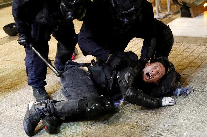Polisi Hong Kong tembakkan gas air mata dan merica pada pemrotes