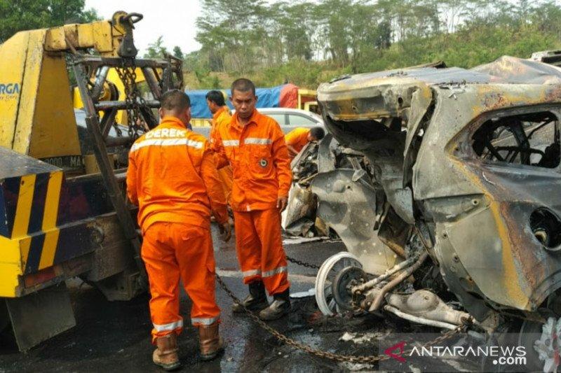 Enam dari 15 kendaraan  terbakar dalam tabrakan beruntun di tol Cipularang