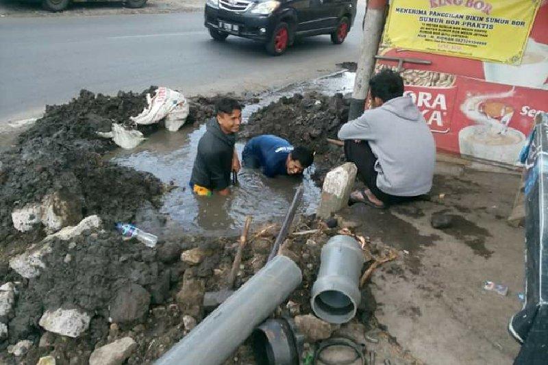 Pipa PDAM di Garut keropos menyebabkan pendistribusian air terhambat