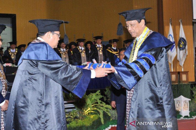 Sultan HB X mendapat gelar doktor HC dari UNY