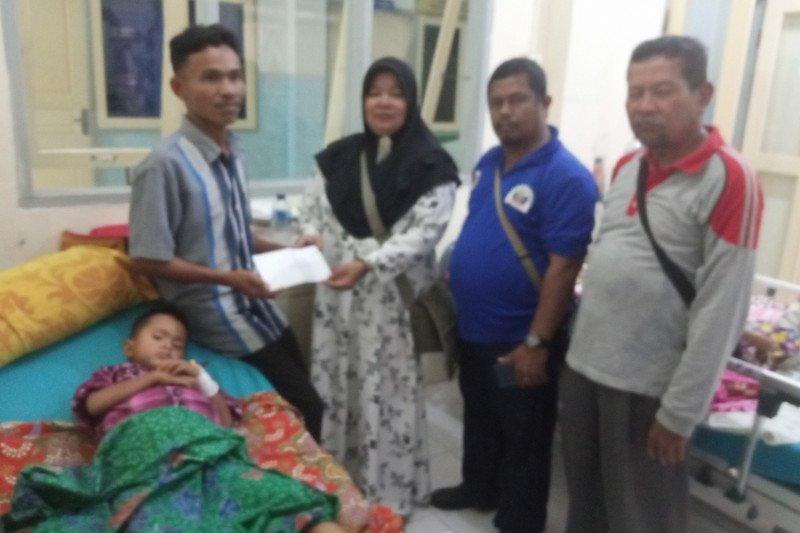 PWI Agam bantu biaya pengobatan anak dari keluarga kurang mampu
