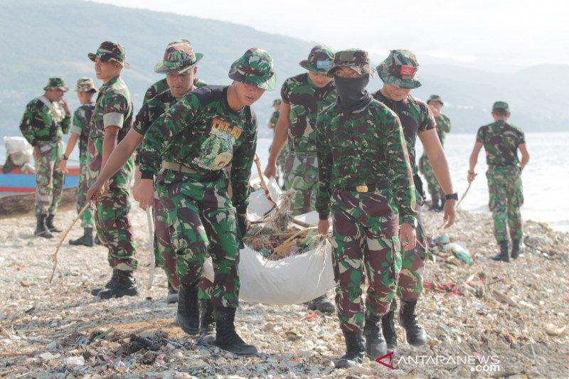 Sambut 5 Oktober, TNI di Banggai bersihkan pantai dan sungai