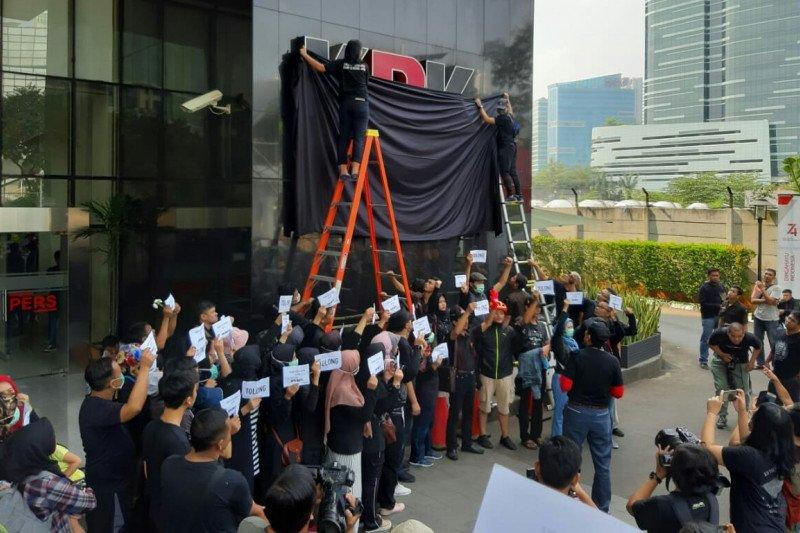 Pegawai KPK lakukan aksi simbolik dengan menutup logo KPK