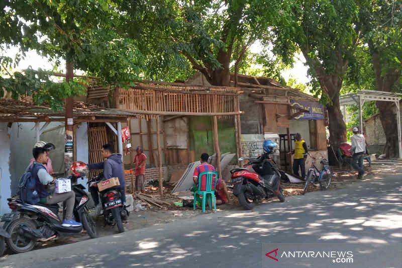 205 kios PKL di bantaran Sungai Cimanuk dibongkar
