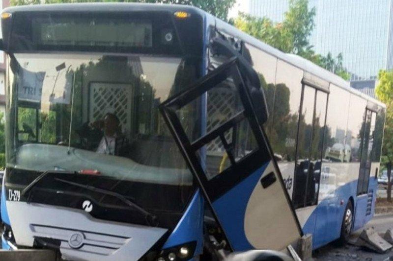 Bus TransJakarta ringsek usai tabrak separator, lalu lintas sekitar tersendat