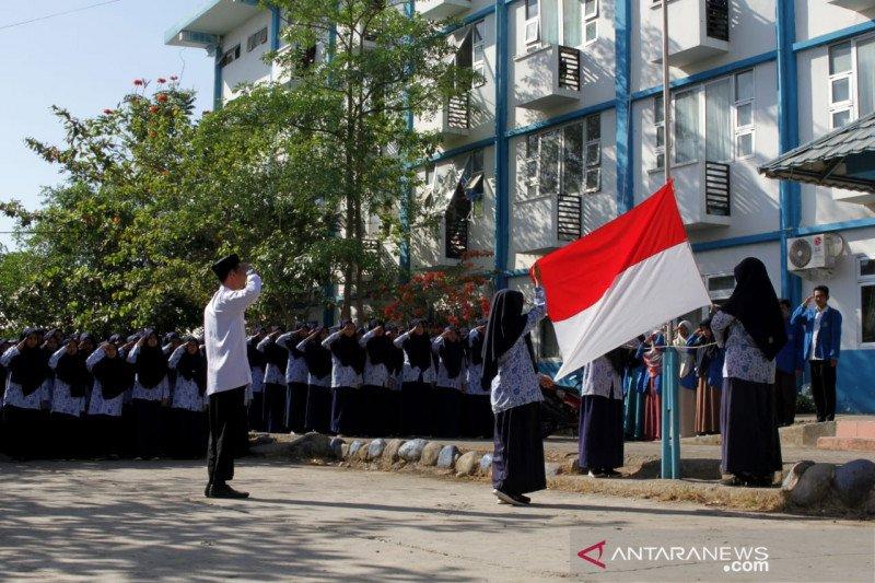 Upacara bendera setengah tiang untul BJ Habibie