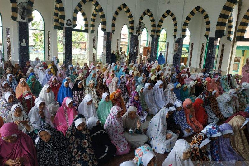 Siswa MA Muhammadiyah  shalat ghaib untuk Habibie