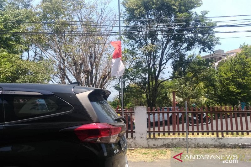Warga Sulawesi Utara mengibarkan bendera setengah tiang untuk Habibie