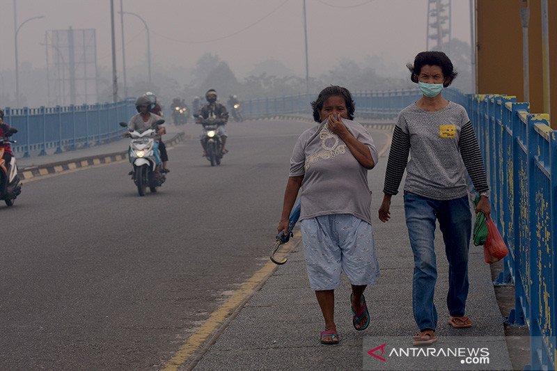 Masyarakat terdampak asap banyak minum dan makan  buah antioksidan