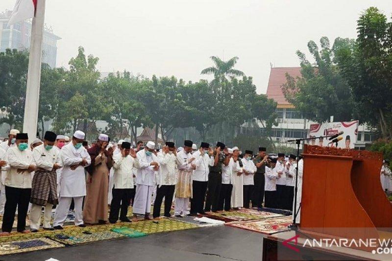 Karhutla Riau - Kabut asap kian pekat, Pemkot Pekanbaru salat minta hujan