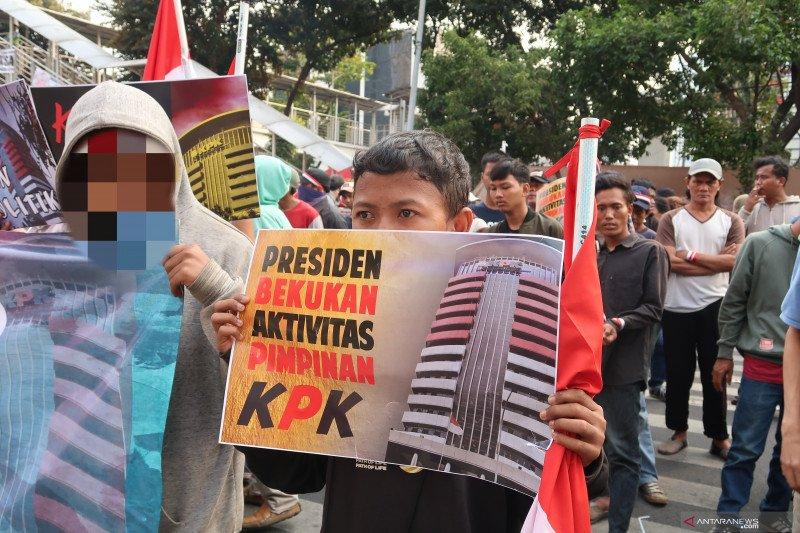 Remaja di bawah umur ikut aksi unjuk rasa di depan gedung KPK