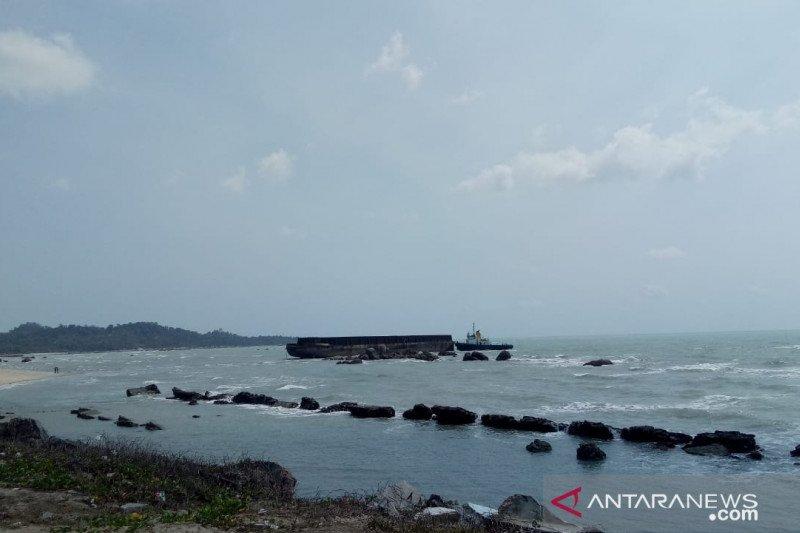 Kapal tongkang terdampar di pantai Kuala Sungailiat Bangka