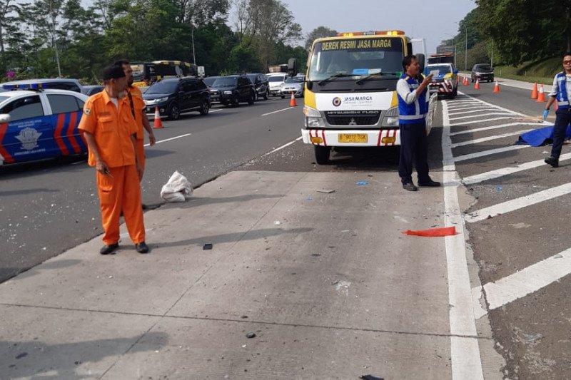 Kecelakaan tunggal di Tol Jagorawi gara-gara pecah ban