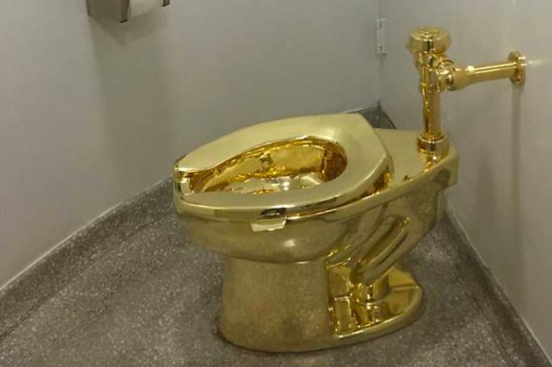 Toilet emas di Istana Inggris dicuri saat dipajang pada pameran seni