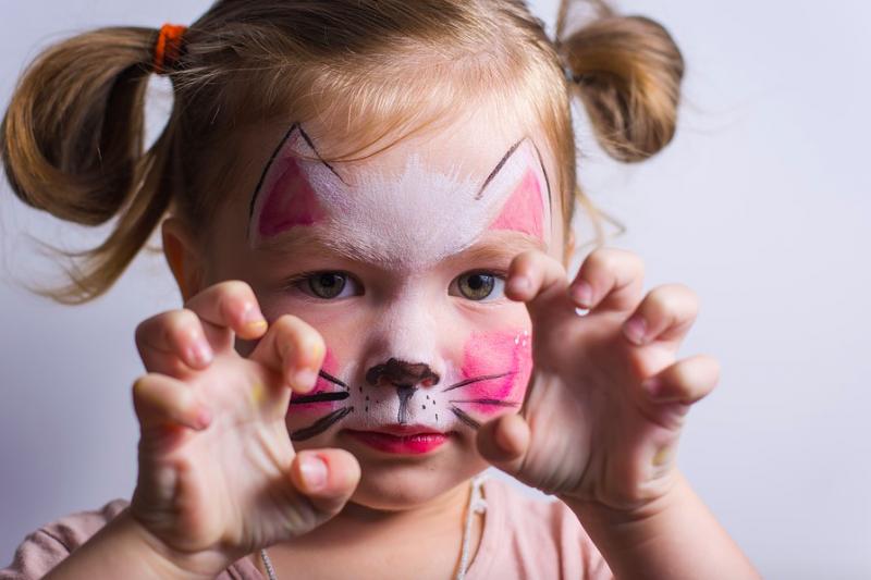 Ini bahaya membiarkan anak kita pakai make up terlalu dini