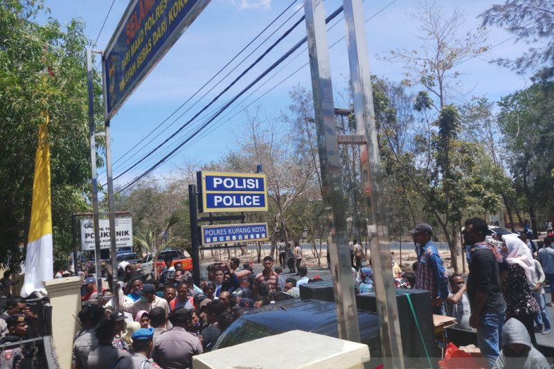 Ratusan nelayan unjuk rasa di Polres Kupang Kota