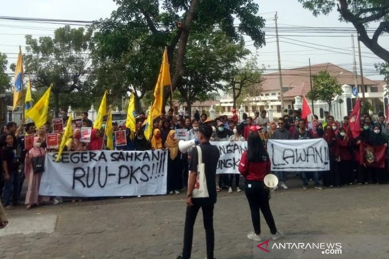 Ratusan orang di Solo menggelar aksi dukung RUU PKS