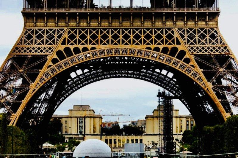 """Logo """"Wonderful Indonesia"""" hiasi taksi di Paris"""