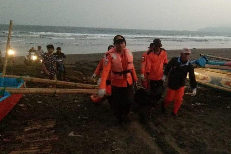 Satu korban perahu terbalik di Pantai Lengkong ditemukan meninggal