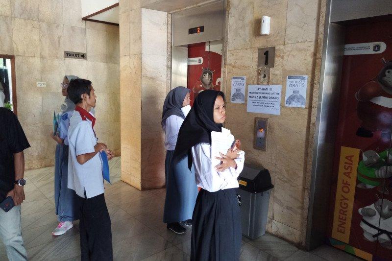 Lift Kantor Walkot Jaktim anjlok, belasan orang terjebak