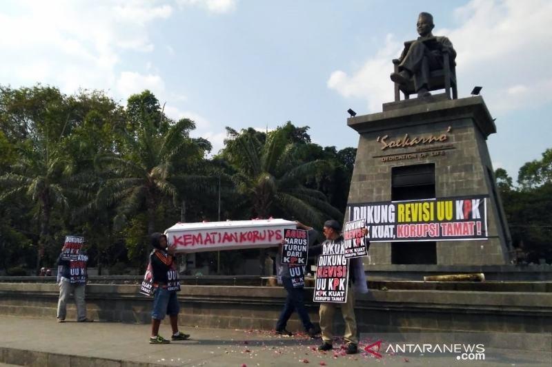 Warga Solo aksi dukung pengesahan UU KPK