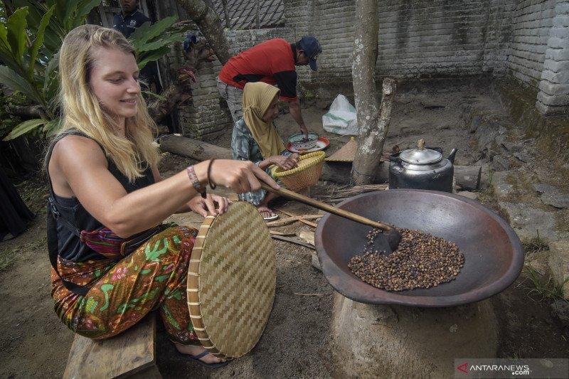 """Buku tentang """"Lombok"""" berbahasa Ceko diluncurkan"""