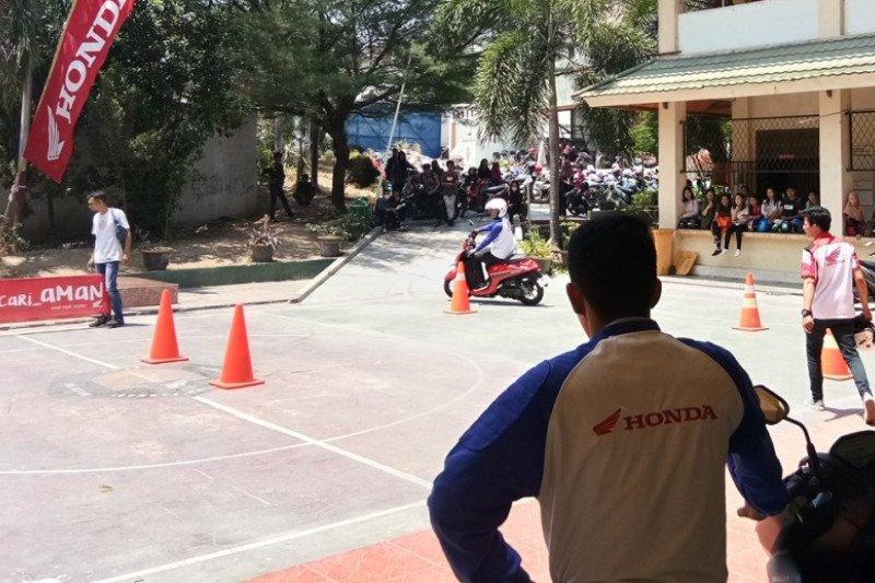 Honda 'Cari_Aman Demi Kecerdasan Bangsa' di STIFA Palu