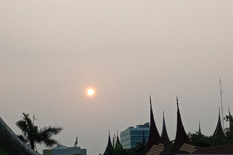 Kepekatan asap di Sumbar meningkat Senin siang, BMKG: Tutup hidung dan mulut saat keluar rumah