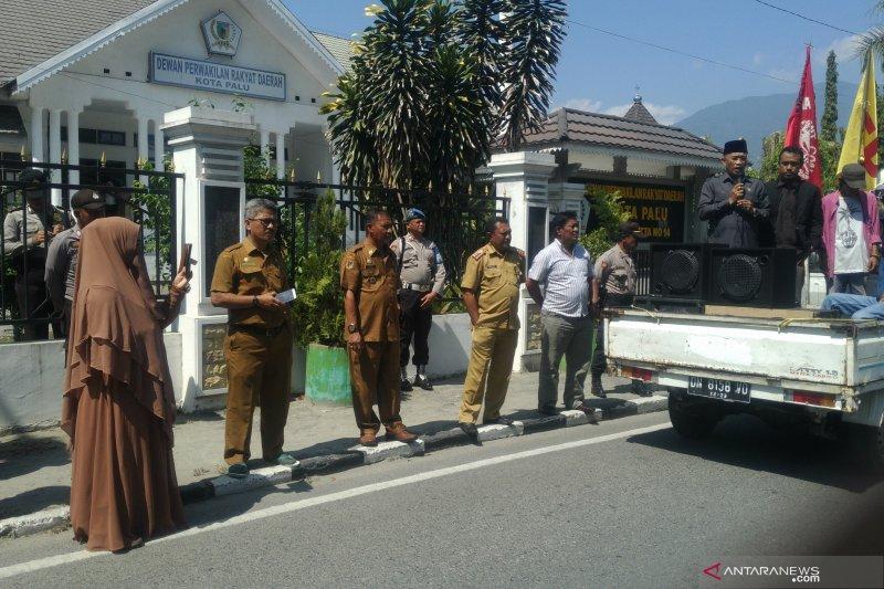Puluhan polisi kawal aksi di DPRD Kota Palu