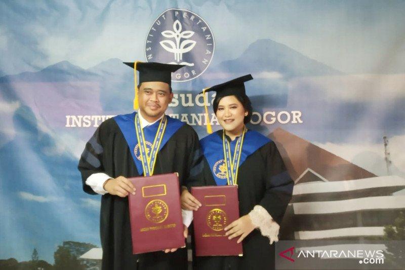 Kahiyang lulus dengan predikat cum laude