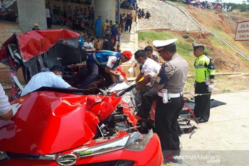 Sedan tabrak truk di Tol Batang, 2 orang tewas