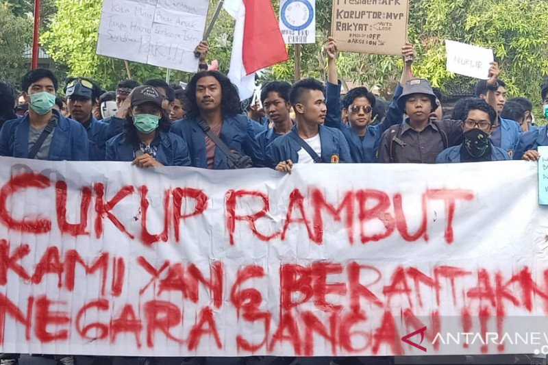 "Ribuan mahasiswa ""long march"" ke gedung DPRD NTB"