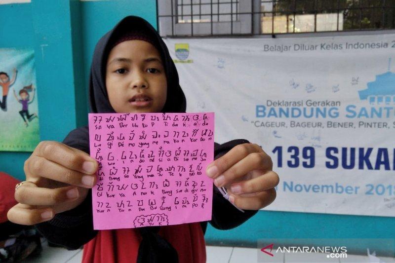 Siswa SD Bandung tulis harapan demo tanpa kekerasan dengan aksara sunda