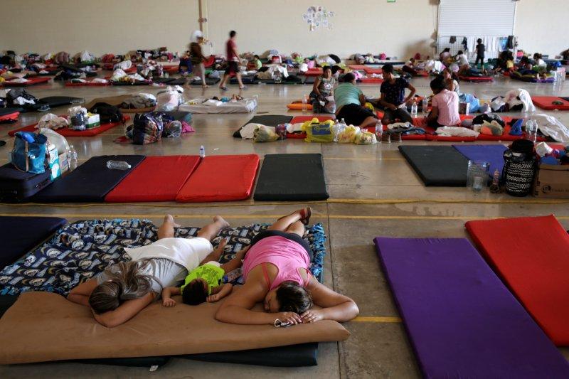 Anak-anak Meksiko menggigil di tenda-tenda di perbatasan AS saat suhu membeku