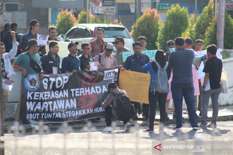 Para jurnalis Kaltara unjuk rasa di Polres Tarakan