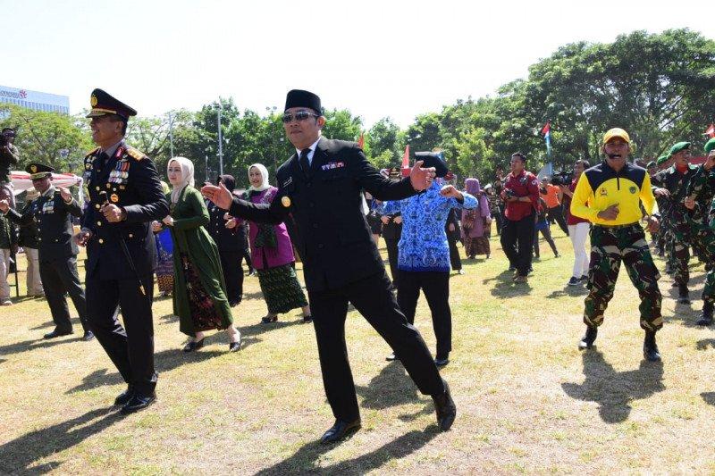 Gubernur Jabar dan Pangdam III Siliwangi menari Sajojo saat HUT TNI