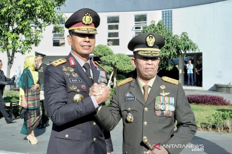 Selain angkat senjata TNI juga harus bisa berperang melawan hoaks