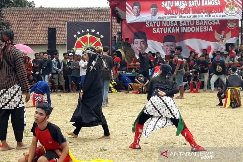 "Ratusan seniman ""ebeg"" di Banyumas menggelar atraksi ""Mendem Jokowi"""