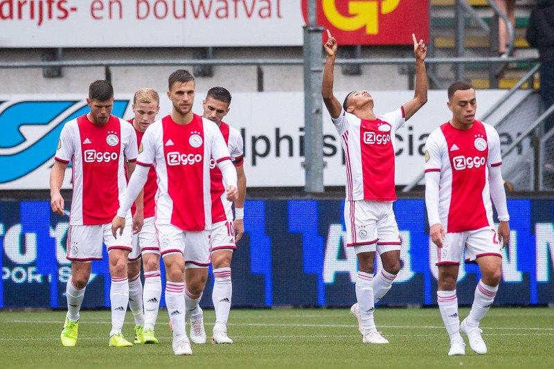 Penyerang gaek Klaas-Jan Huntelaar cetak gol,  Ajax menang