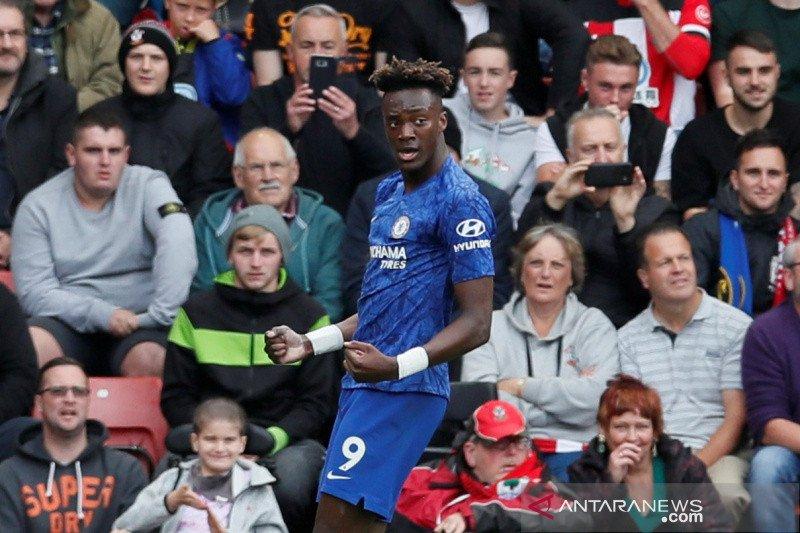 Abraham dampingi Aguero memimpin top scorer Liga Inggris