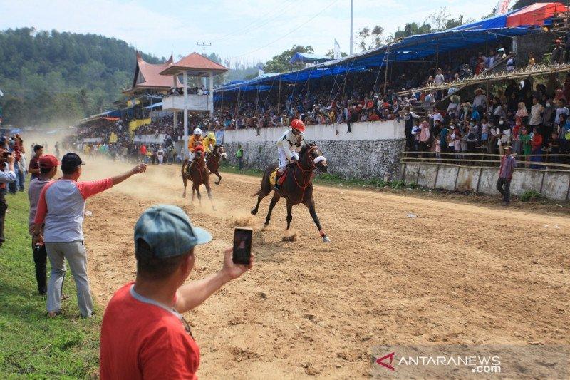 Ribuan penonton saksikan pacu kuda Wirabraja Tanah Datar