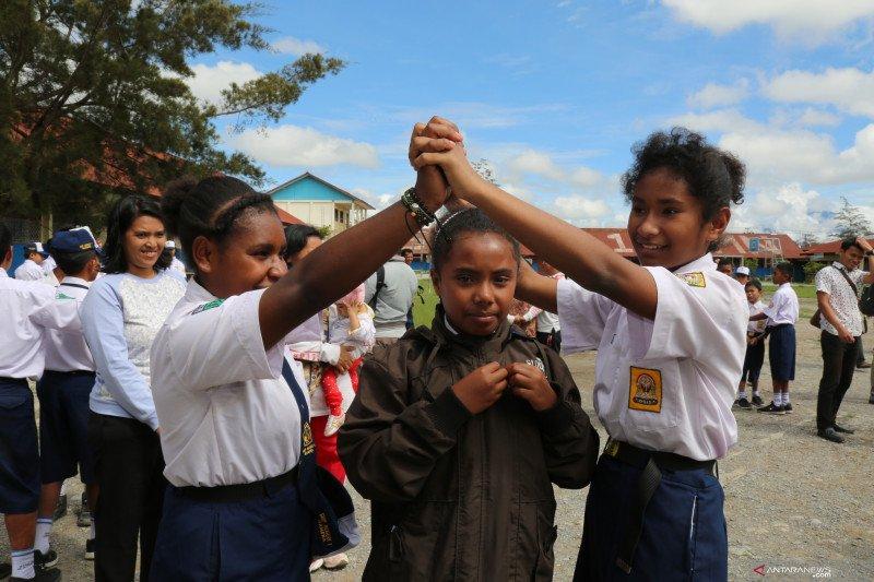 Siswa Wamena menikmati bermain di hari pertama sekolah usai kerusuhan