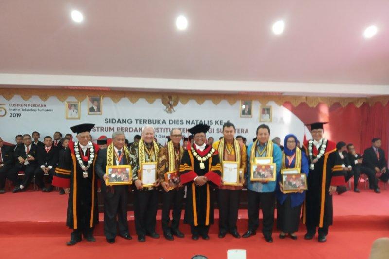 Gubernur Lampung terima penghargaan Lustrum Perdana Itera