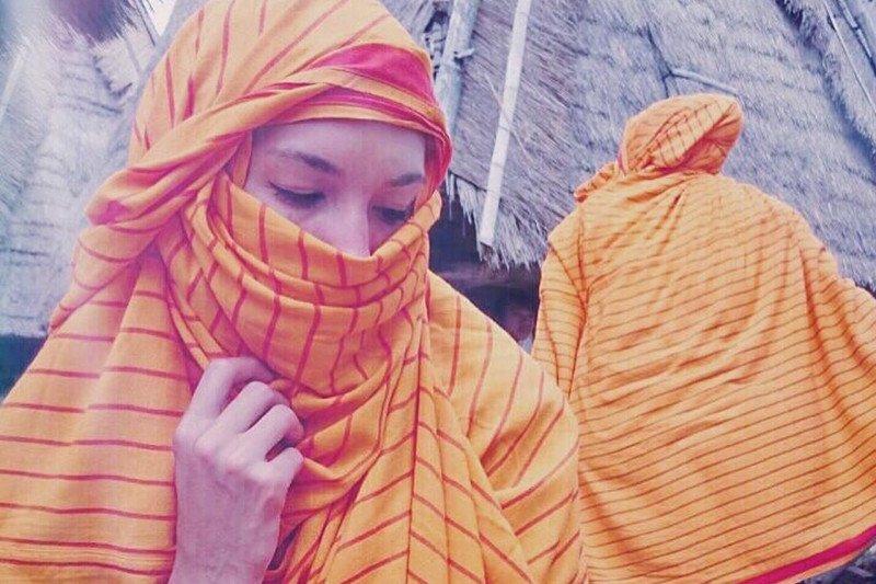 Nadine Chandrawinata punya sarung kesayangan